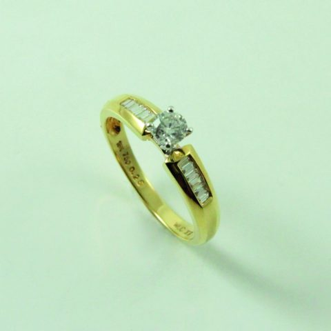 ANILLO SOLITARIO EN ORO AMARILLO BRILLANTE CENTRAL 0.25 CT BRILLANTES BAGUETTES 0.12 CT