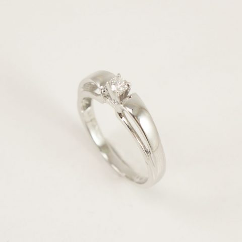ANILLO SOLITARIO EN ORO BLANCO BRILLANTE CENTRAL 0.10 CT