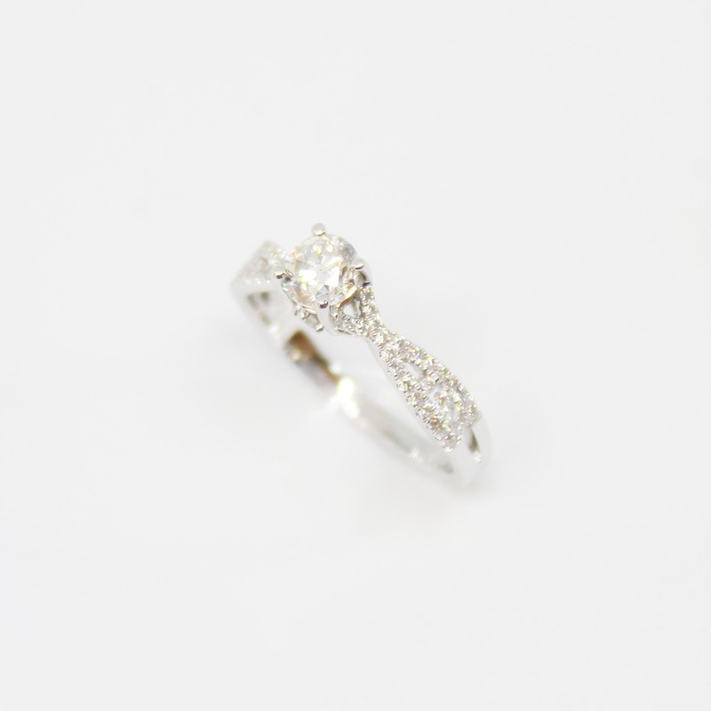 ANILLO SOLITARIO DE ORO BLANCO CON BRILLANTES BAGUETTES 0.32 CT BRILLANTES CENTRAL 0.63 CT