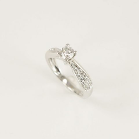 ANILLO SOLITARIO ORO BLANCO BRILLANTE CENTRAL 0.49 CT BRILLANTES PAVE 0. 22 CT