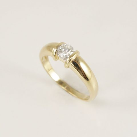 ANILLO SOLITARIO Y MEDIO CINTILLO DE ORO AMARILLO CON BRILLANTES 0.32CT