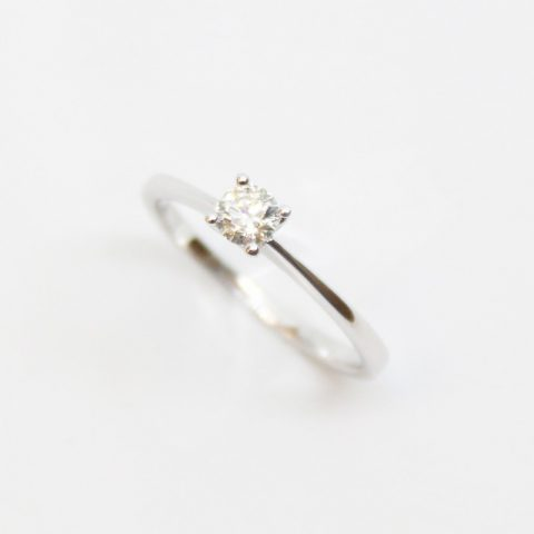 ANILLO DE ORO BLANCO CON BRILLANTE CENTRAL 0.26CT
