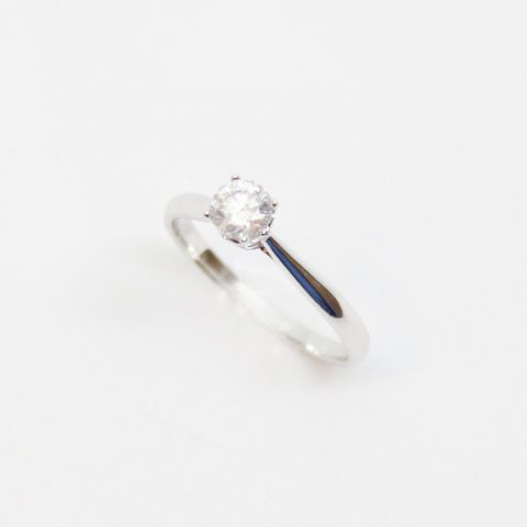 ANILLO DE ORO BLANCO CON BRILLANTE CENTRAL 0.42CT