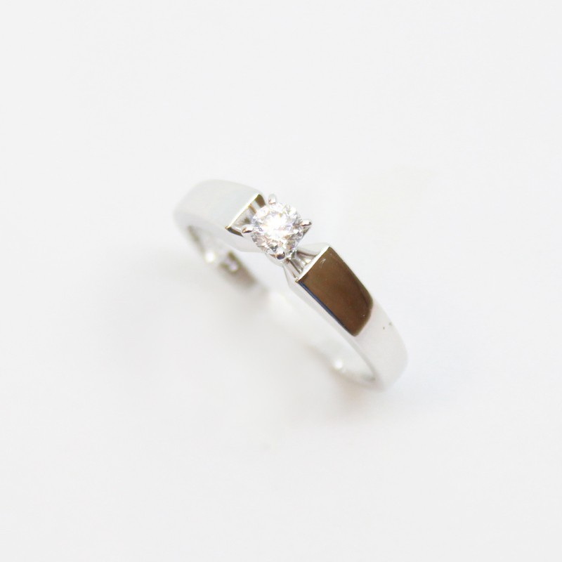 ANILLO SOLITARIO DE ORO BLANCO CON BRILLANTES CENTRAL 0.20CT